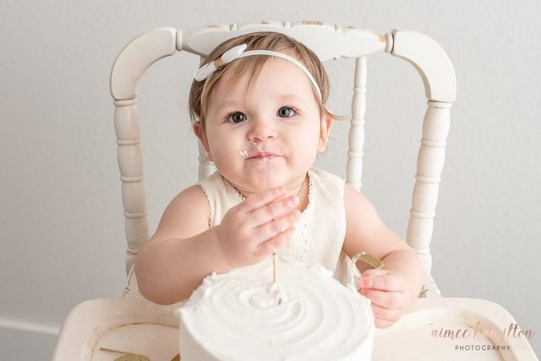 Neutral colors in a cake smash photoshoot